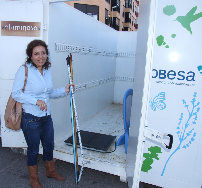 El barrio del hospital estrena el primer ecoparque m vil for Piscina municipal barrio del pilar
