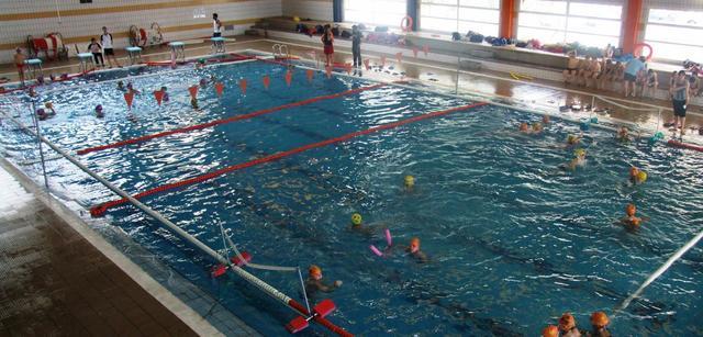 La apertura de la piscina en domingo recibe m s de for Piscina cubierta requena