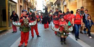Una cercavila crida a la Festa per la Llengua, que se celebra dem� al Termet
