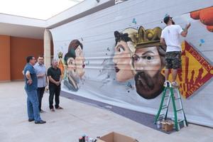 Un mural amb elements de la ciutat decorar� l'avinguda de la Mur� aquestes festes