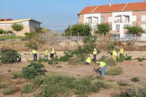 Els treballadors del primer torn de l'INEM-Agrari inicien la neteja de barrancs per a minimitzar els efectes de la gota freda