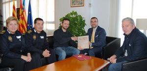 L'alcalde felicita l'oficial de la Policia Local Alfonso Monfort pel reconeixement al millor expedient universitari