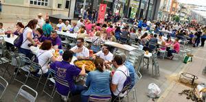 Prop de 2.500 penyistes omplin de festa el centre de la ciutat en el 76� Concurs de paelles