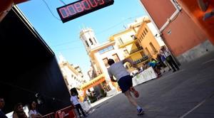 Mig centenar d'atletes 'escalen' els 42 metres del campanar en la I Cronopujada de festes