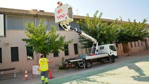 Vila-real posa a punt els col�legis i edificis p�blics amb la neteja de cobertes en previsi� de les pluges de la tardor