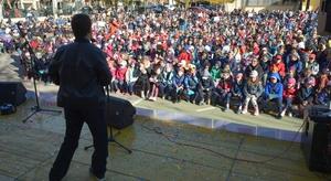 El Langui i 1.500 xiquets de Vila-real alcen la veu per a cercar valents contra l'assetjament escolar a Escultor Ortells