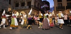 Vila-real dansa a ritme del ball de pla�a i degusta un multitudinari tombet de bou