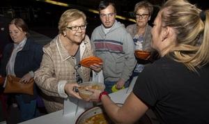 Les Jornades Gastron�miques serveixen mil racions d'olla de la Plana en la degustaci� popular