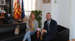 L'alcalde felicita a Karina Milene da Silva despr�s de proclamar-se subcampiona d'Espanya de body fitness m�ster